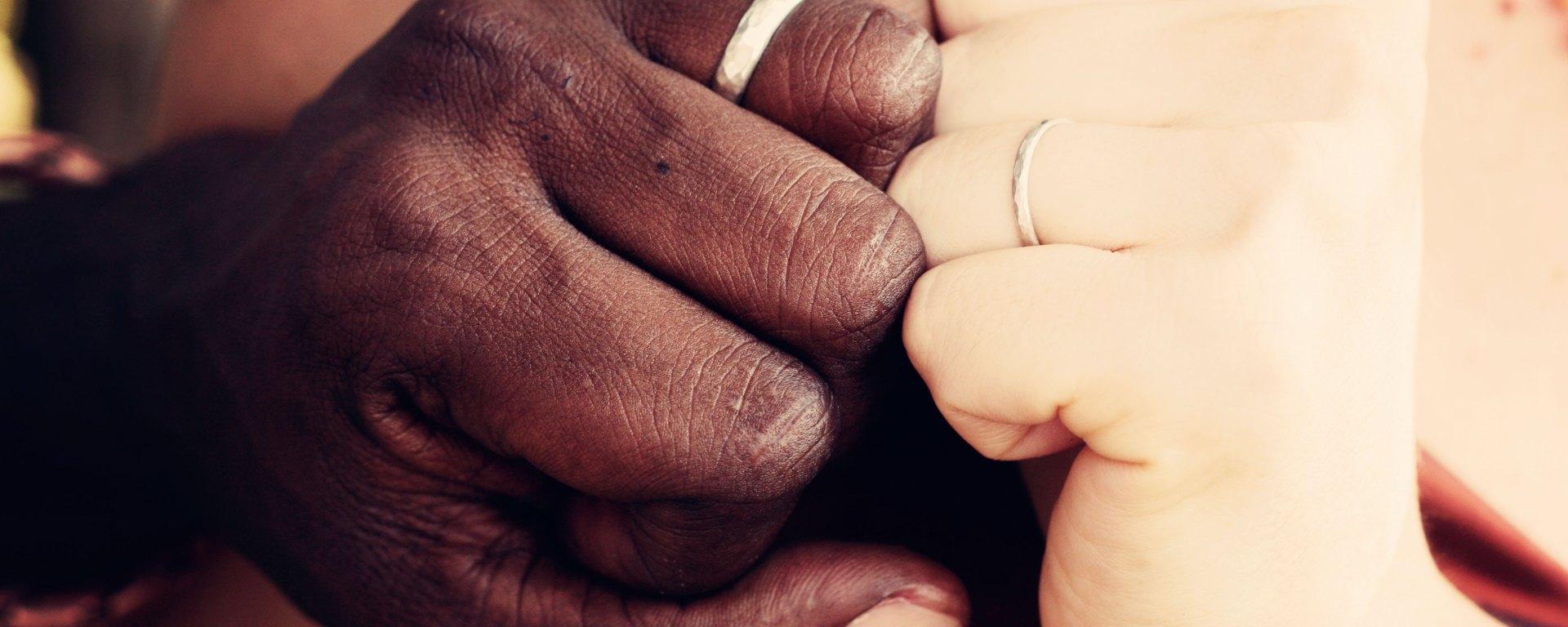main noire et blanche couple