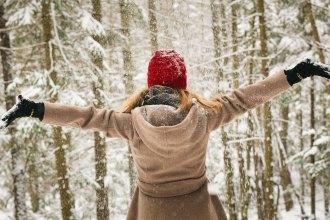femme heureuse hiver