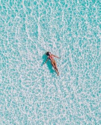 femme dans mer