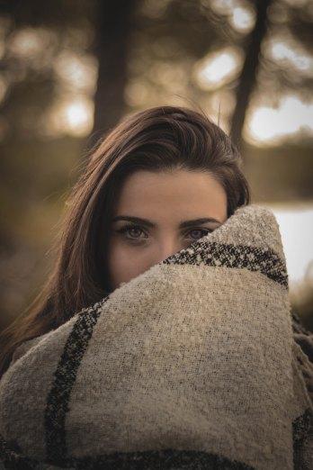 femme qui regarde