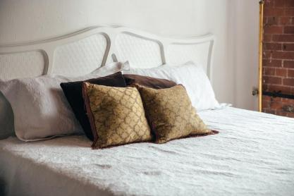 bedroom-bed-with-brown-throw-pillows
