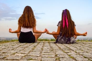 filles méditent
