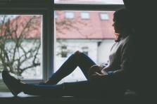 femme regarde fenêtre