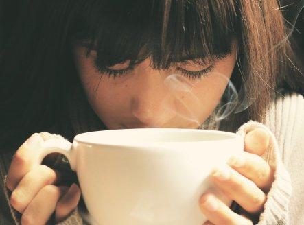 femme seule boit café