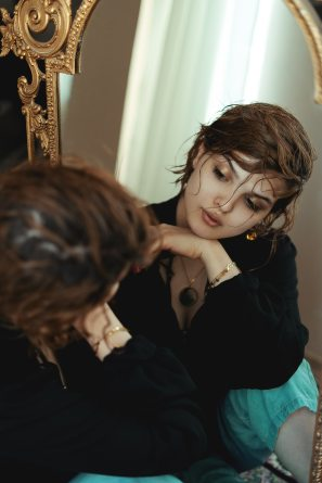 femme se regarde miroir