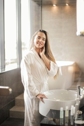 femme salle de bain